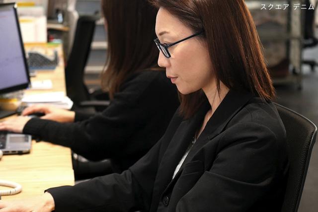 仕事でパソコン画面を見る 老眼鏡 女性